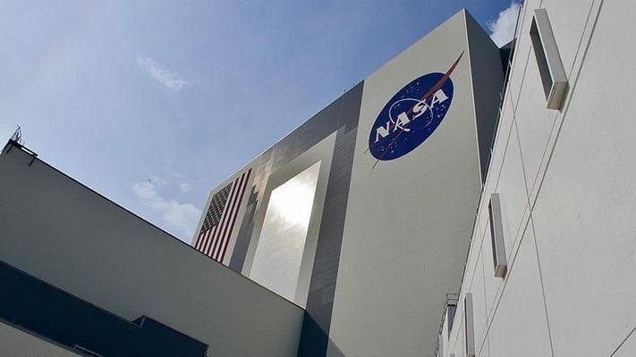 NASA, Ay roketi çalışmalarını askıya alıyor