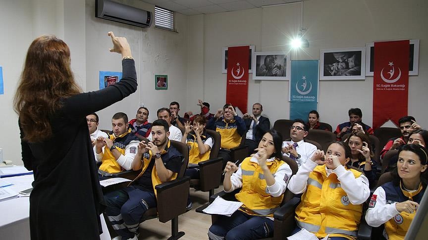 Hastanın derdini anlamak için işaret dilini öğrendiler