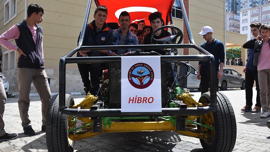 Lise öğrencileri hibrit otomobil üretti
