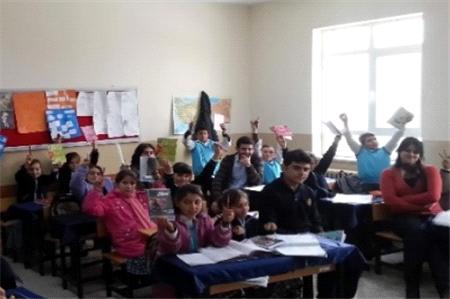 Üniversite Öğrencileri Köy Çocuklarını Sevindirdi