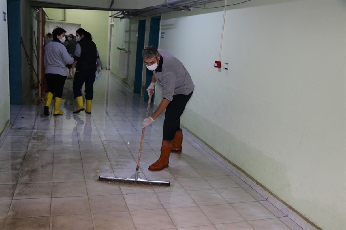 Selden etkilenen okullar temizleniyor