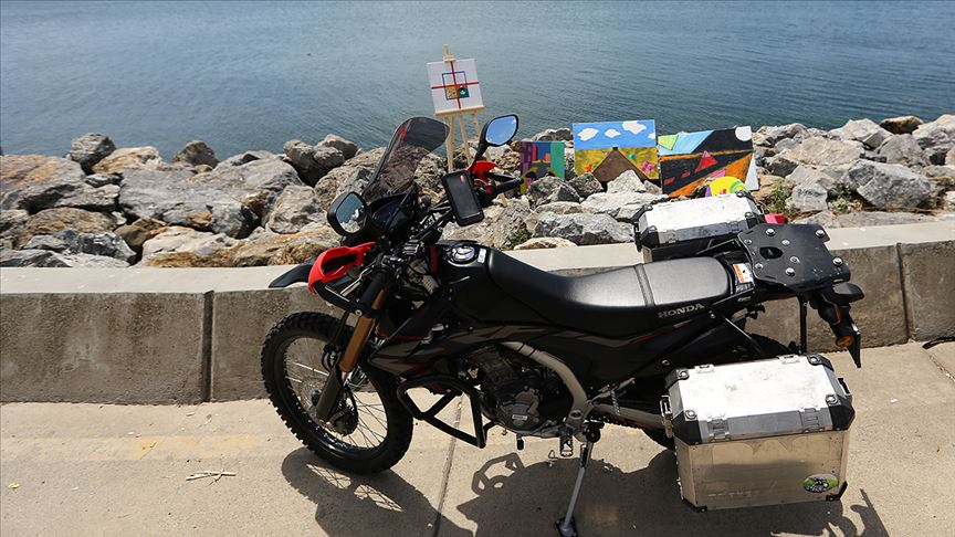 Genç motosikletli '5 kıta 5 tablo' projesi için dünyayı geziyor