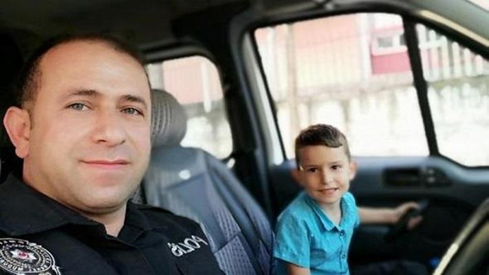 Okula gitmek istemeyen minik Efe'yi polis ikna etti