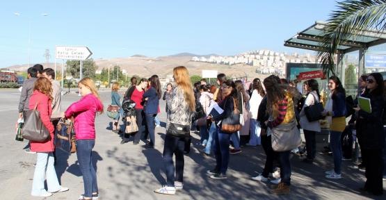İzmir Kâtip Çelebi Üniversitesi Öğrencileri Ulaşım Eylemi Yapıyor