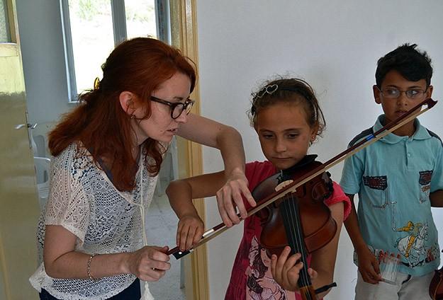Fransız Müzisyen Köy Çocuklarına Keman Öğretiyor
