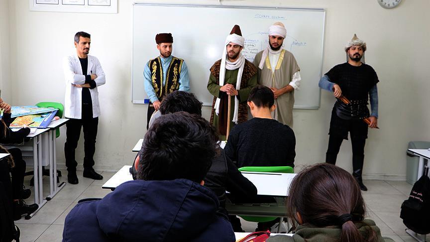 Sınıflarda 'çat kapı' tarihi şahsiyetleri canlandırıyorlar