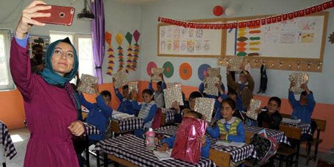 Köy çocuklarının yüzünü 'Aylin abla' güldürüyor