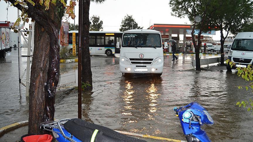 Ayvalık'ta eğitime yağmur engeli