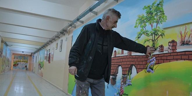 30 yıldır okul duvarlarına resim yaparak geçimini sağlıyor