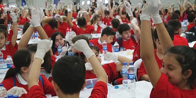 3 bin 417 öğrenci aynı anda deney yaptı