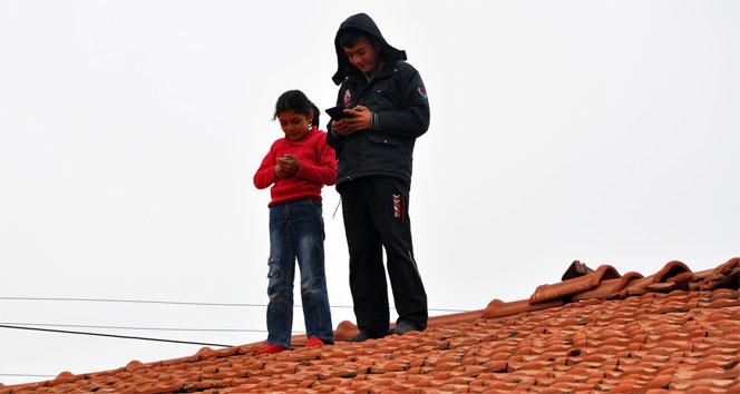 Ödevlerini yapabilmek için çatıya çıkıyorlar