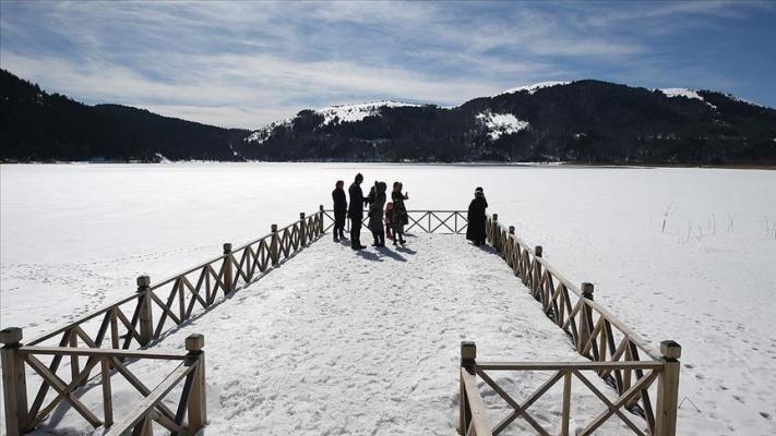 Gölcük ve Abant'taki kar manzarası büyülüyor
