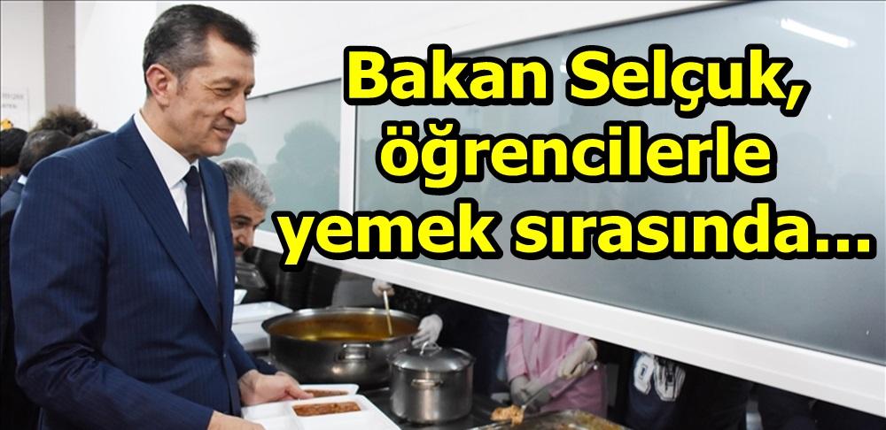 Milli Eğitim Bakanı Selçuk, öğrencilerle yemek sırasında...