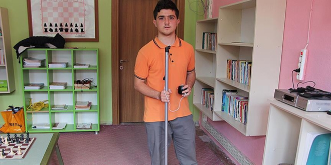 Ortaokul öğrencisi engelliler için 'akıllı baston' hazırladı