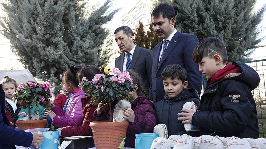 """Öğrenciler Bakan Kurum ve Selçuk'a """"sıfır atık"""" projesini anlattı"""