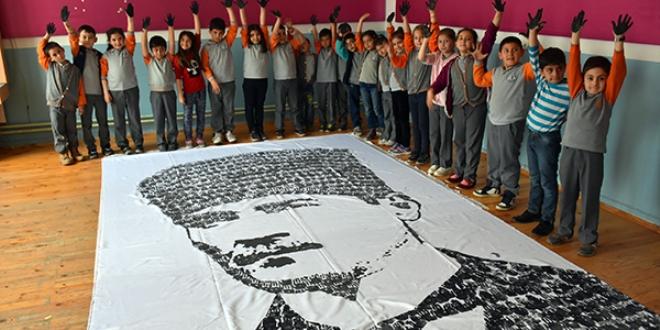 Öğrenci ve öğretmenlerden el iziyle Atatürk portresi