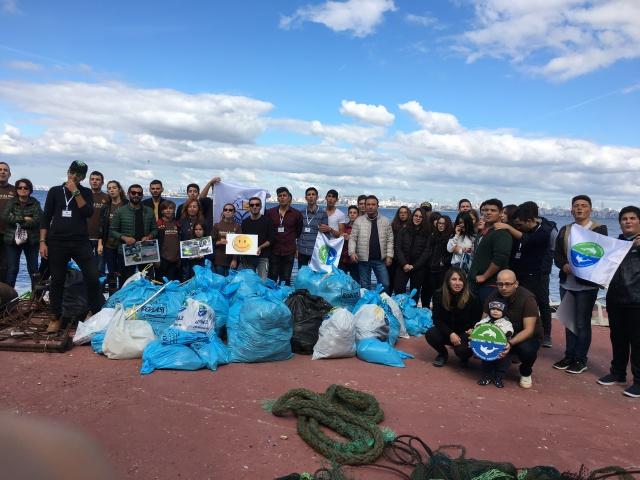 MEF Lisesi öğrencilerinden deniz kirliliğine dikkat çekmek için kıyı temizliği!