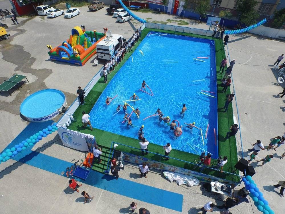 Öğrenciler yüzme öğrensin diye okullara portatif havuz kuruldu