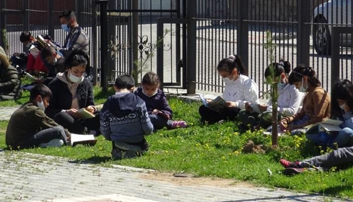 Batman'da öğretmen ve öğrenciler parkta kitap okudu
