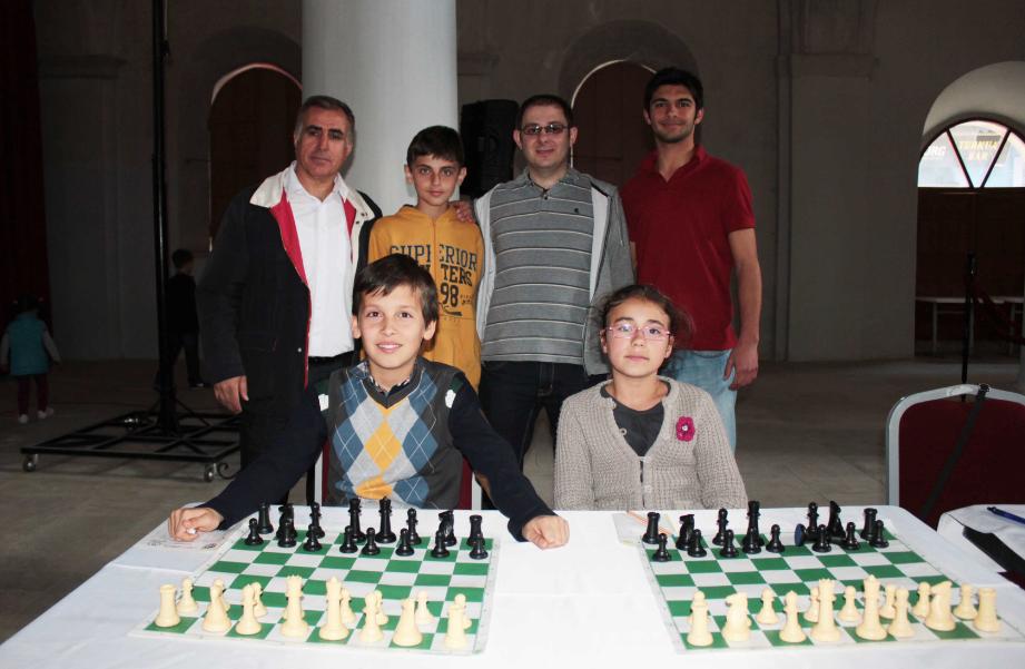 Çeşme'nin genç satranççıları,'büyük usta' ile berabere kaldı