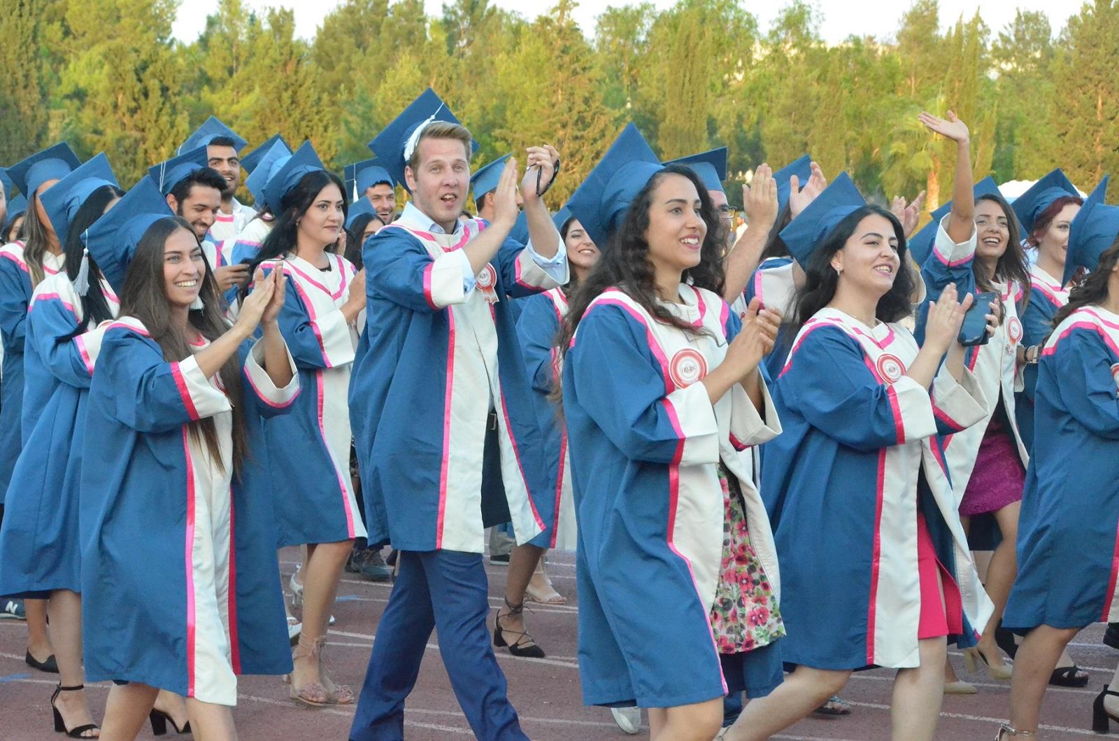 DAÜ öğrencilerinin mezuniyet coşkusu