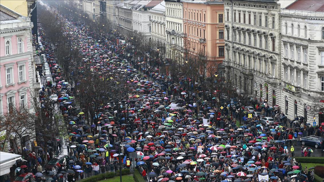 Öğretmenlerden hükümet karşıtı protesto